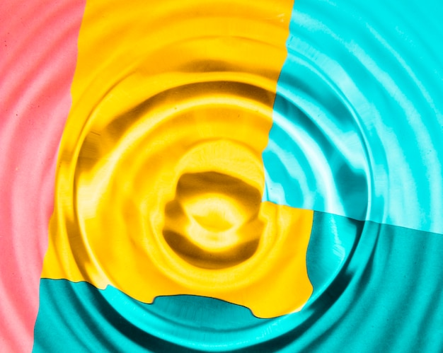 Anelli d'acqua di primo piano con sfondo contrastato