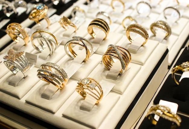 Anelli d'oro con diamanti e altri gioielli di pietre preziose per le donne nel mercato dell'oro
