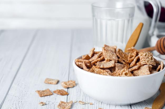 Anelli di cereali al cioccolato in una ciotola