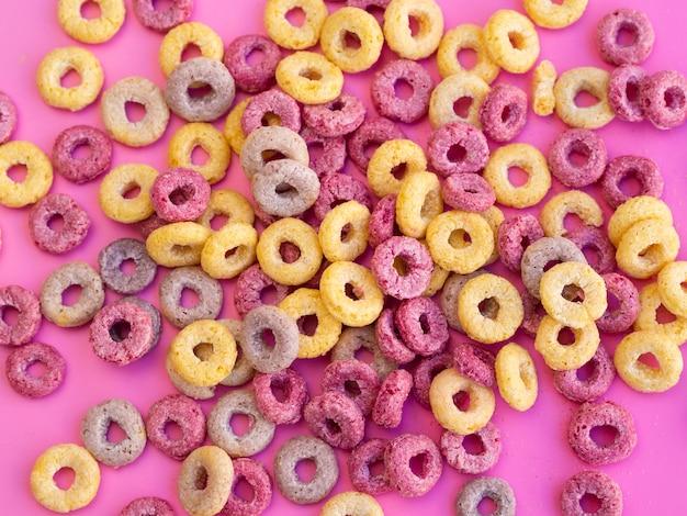 Anelli di cereali alla frutta deliziosi e nutrienti