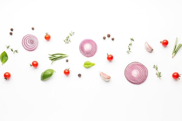 Anelli di cipolla vista dall'alto con condimenti allineati