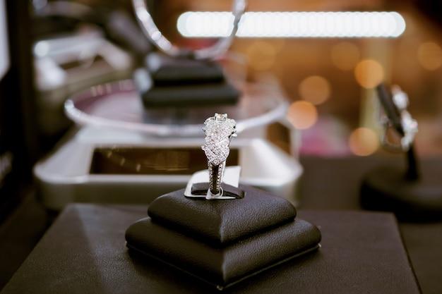 Anelli di diamanti con cartellino del prezzo in bianco mostrano nella vetrina della vetrina di un negozio di gioielli di lusso