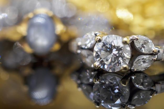 Anelli di diamanti gioielli in oro di lusso con riflessione