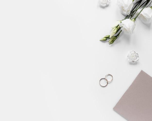 Anelli di fidanzamento copia-spazio sul tavolo