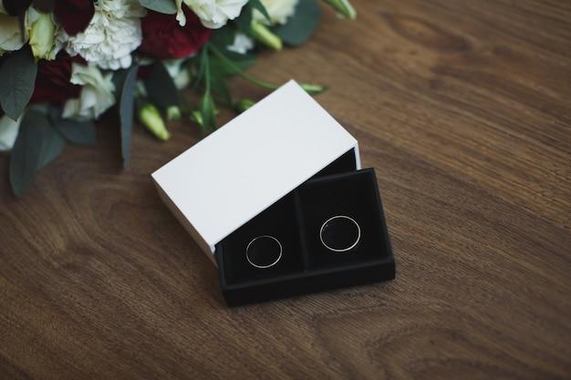 Anelli di fidanzamento in scatola di legno.