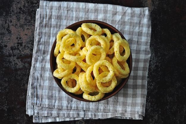 Anelli di mais in una ciotola. anelli di cipolla in una ciotola.