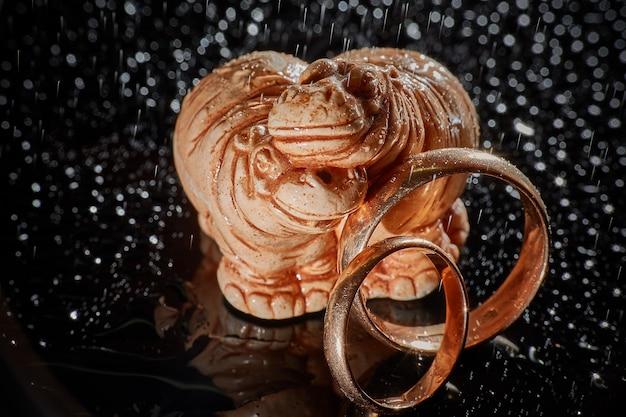 Anelli di nozze e ippopotami. carta di nozze, auguri di san valentino. dettagli del giorno delle nozze