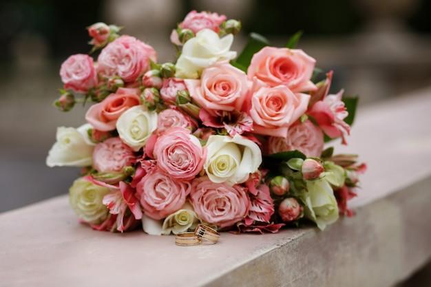Anelli e bouquet della sposa in estate