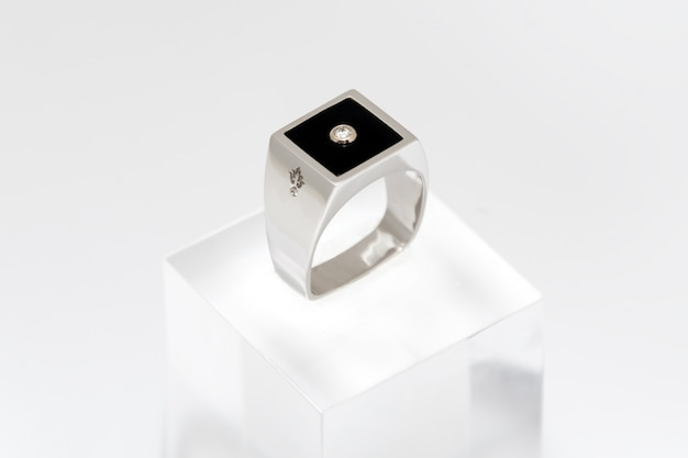 Anello con diamante da uomo. anello maschio dorato bianco su bianco