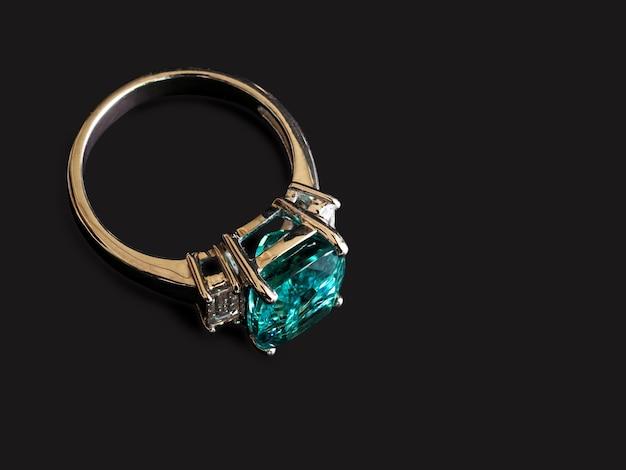 Anello con gemma verde con diamante bianco su nero