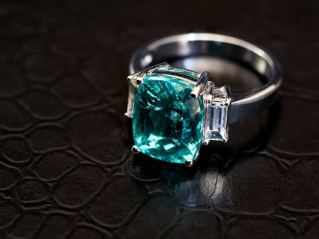Anello con gemma verde con diamante bianco