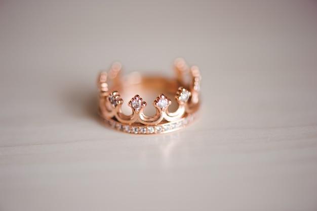 Anello corona con pietre preziose sul tavolo