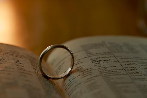 Anello d'argento sul libro di pagine