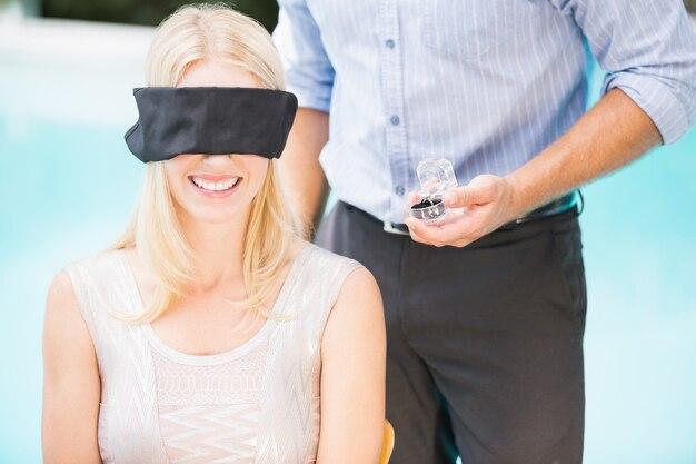 Anello di fidanzamento della tenuta dell'uomo mentre facendo una pausa donna