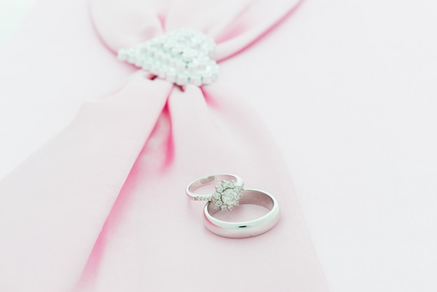 Anello di fidanzamento, nastro rosa e cuore dimon