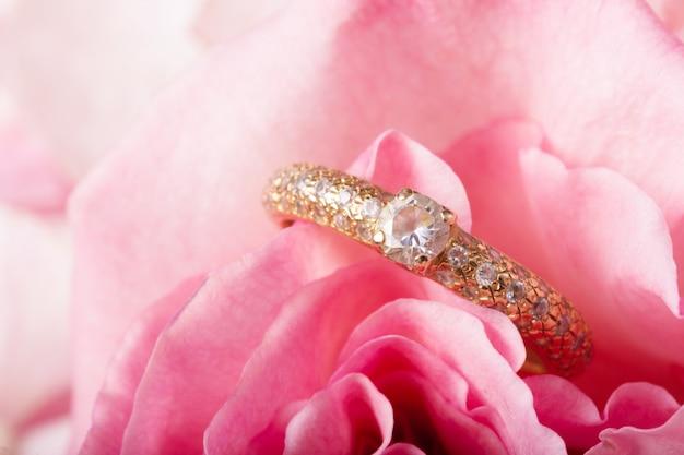 Anello di fidanzamento su naturale romantico fiore rosa