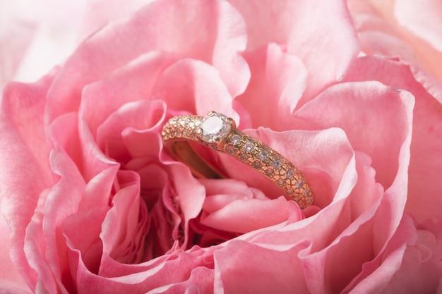 Anello di fidanzamento su romantico naturale