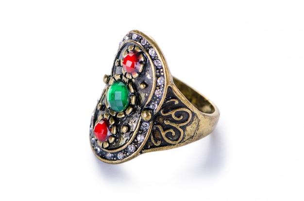 Anello di gioielli in oro isolato