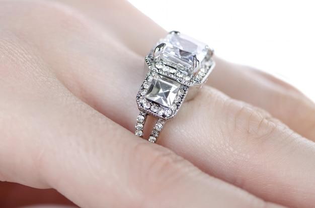 Anello di gioielli indossato al dito