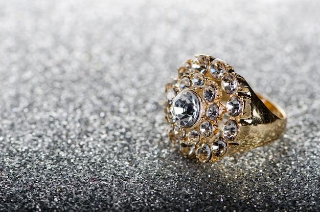 Anello di gioielli su sfondo lucido