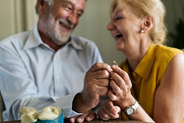 Anello di sorpresa senior relationship anniversary