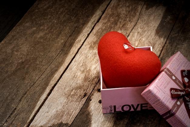 Anello ewelry sul cuore superiore nella confezione regalo.
