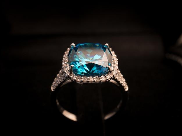 Anello gemma sul tavolo nero