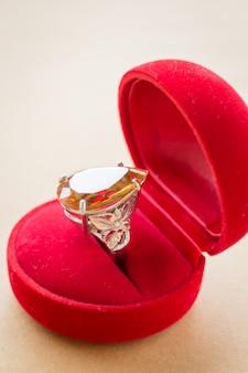 Anello gioiello in pietra con gemma bellissima