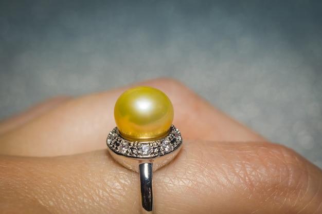 Anello in argento con perla gialla