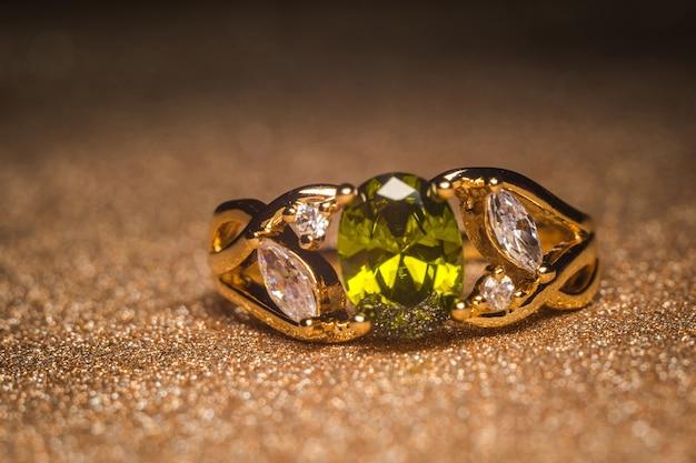 Anello in oro con pietra verde retrò