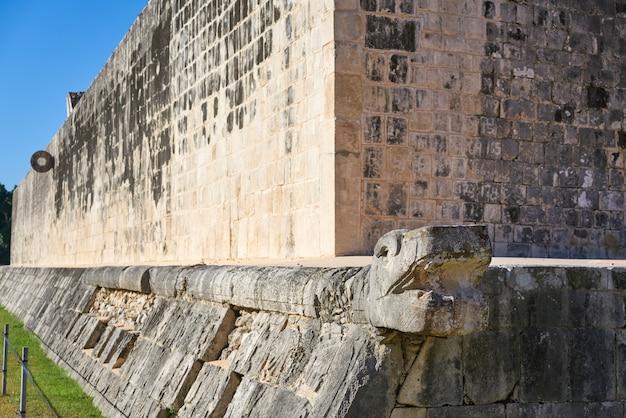 Anello in pietra di chichen itza, tribunale maya