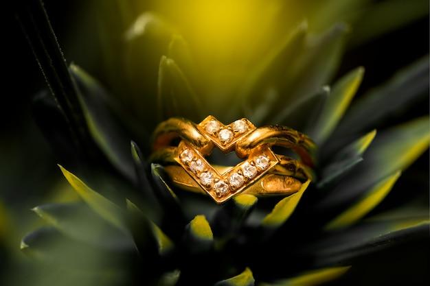 Anello nuziale dorato con diamanti