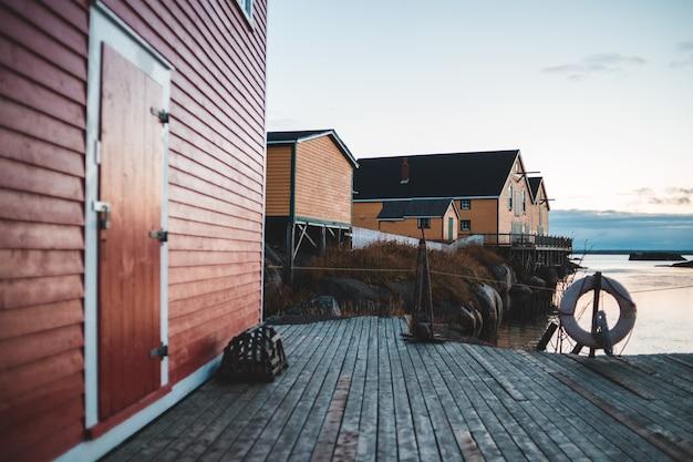 Anello tondo bianco per piscina accanto alla casa in legno