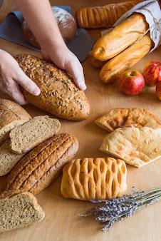 Angolo alto assortimento di pane integrale