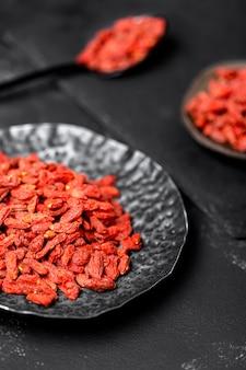 Angolo alto del concetto della frutta secca rossa