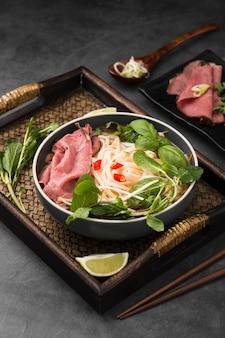 Angolo alto del piatto vietnamita con la menta