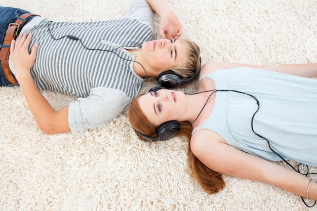 Angolo alto della coppia di adolescenti che ascoltano la musica