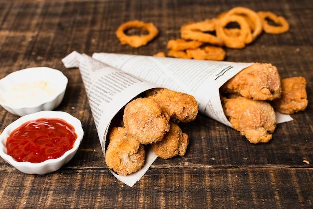 Angolo alto della cucina fritta con ketchup
