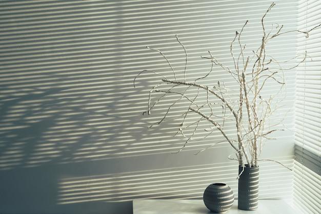 Angolo alto della decorazione domestica contro il copyspace bianco della parete
