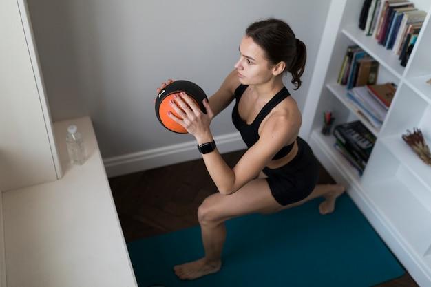 Angolo alto della donna che si esercita con la palla