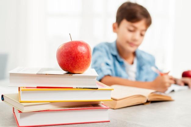 Angolo basso che studia duro e ricompensa della mela