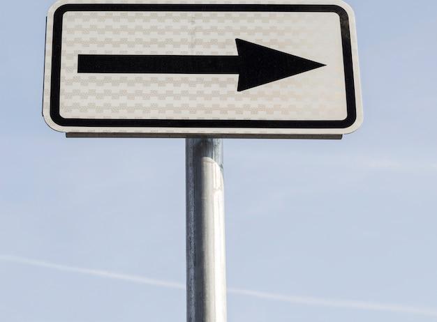 Angolo basso dell'indicatore con freccia rivolta verso destra