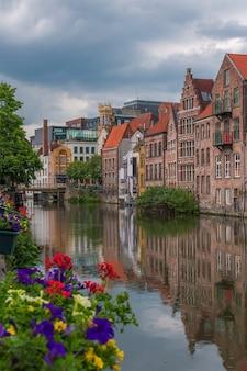 Angolo di riflessione nella città di gand, belgio