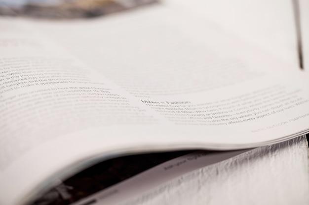 Angolo di una rivista su un tavolo bianco