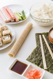 Angolo vista sushi ingredienti con salsa