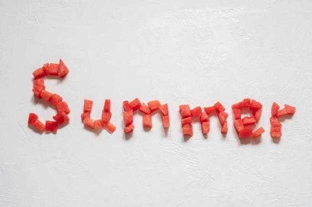 Anguria a fette su bianco con iscrizione estiva