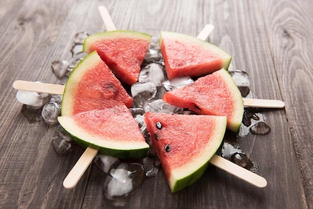 Anguria affettata gelato alla frutta su fondo di legno
