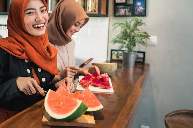Anguria della fetta della giovane donna del hijab del ritratto