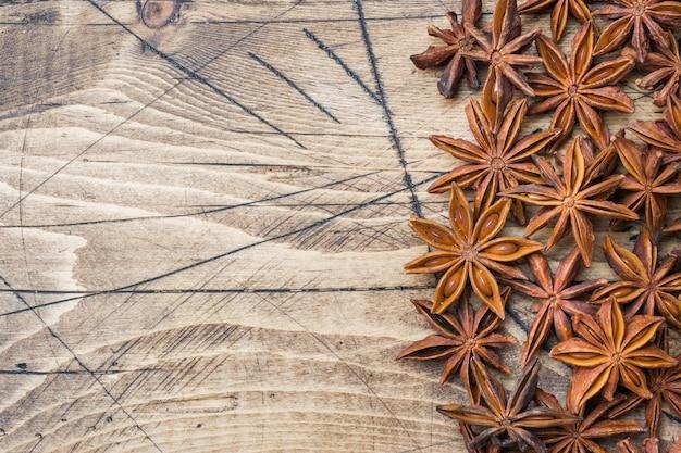 Anice stellato di badian su un fondo di legno.