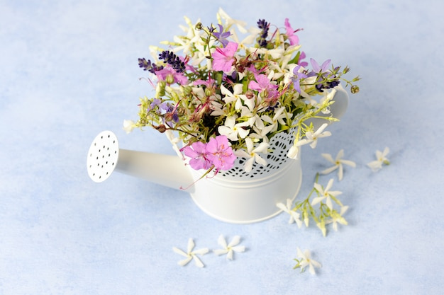 Annaffiatoio con bellissimi fiori